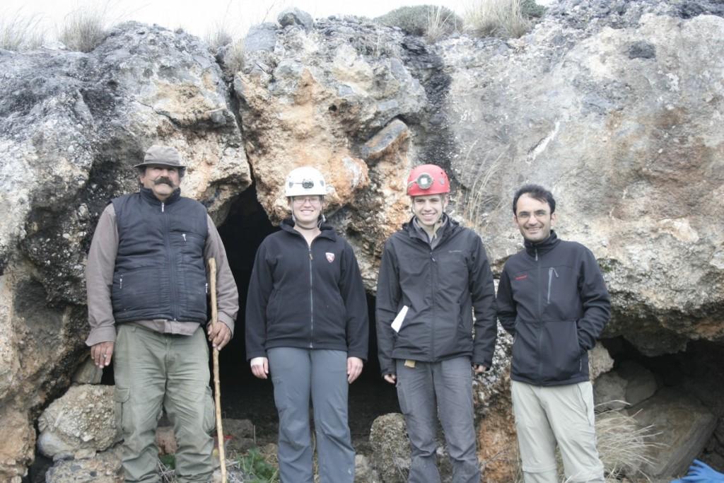 Théo Savoi avec nos collègues du nord de Chypre (Omer, Lauren, Théo, Salih) au pied de la Kyrenian Range